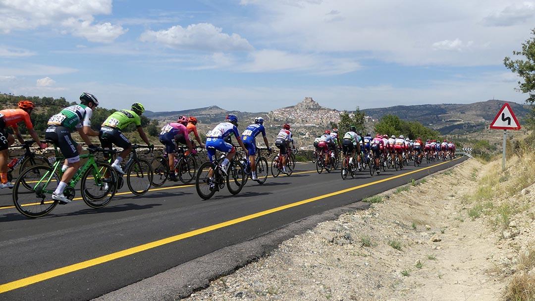 Cinc ciclistes han d'abandonar La Vuelta al seu pas per Morella per un accident