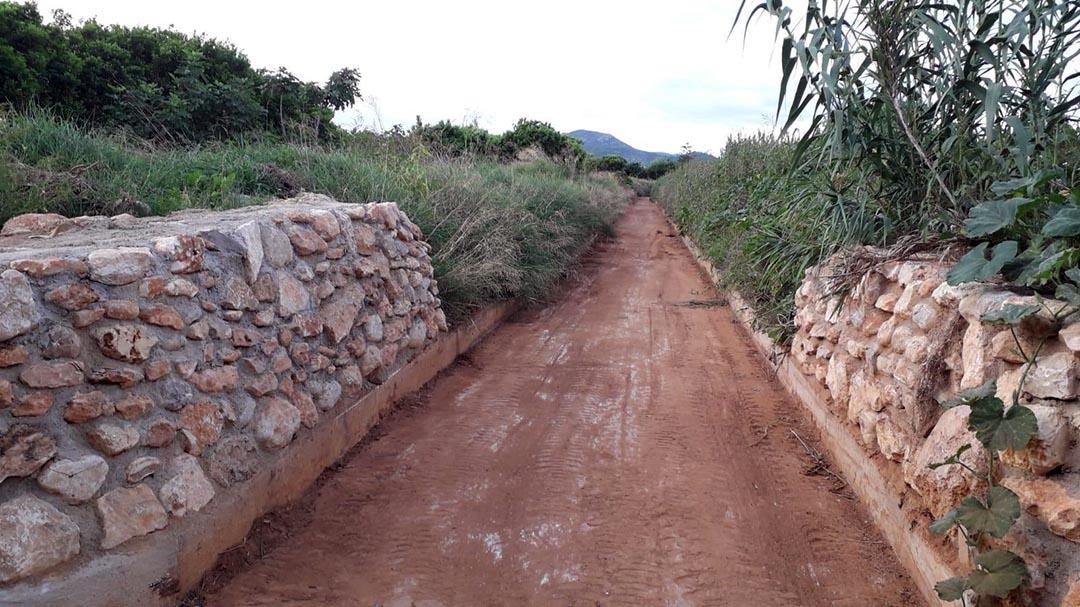 La Brigada neteja i desbrossa la séquia de la Sotà en previsió de pluges